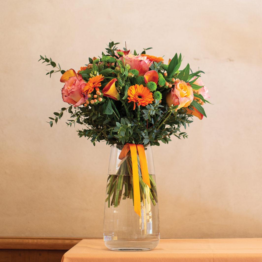 bouquet dynamique aux couleurs vives oranger